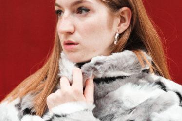 Martina-Lubian-con-abrigo-de-pelo-gris-
