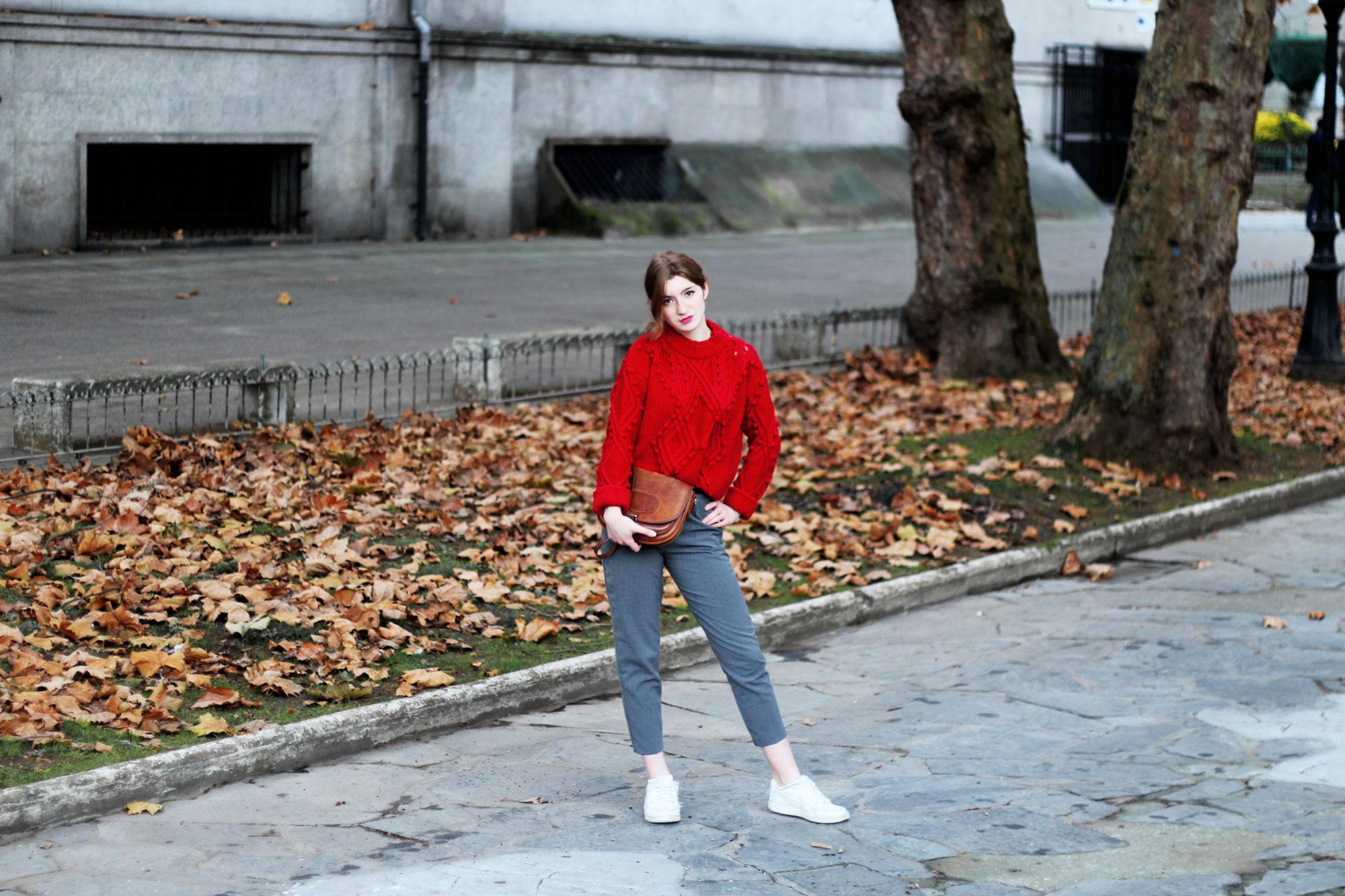 Jersey rojo de pompones y pantalones grises- Martina Lubian