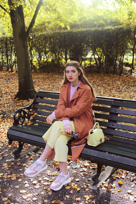 Pantalones culotte de pana amarillos y jersey lila- Martina Lubian